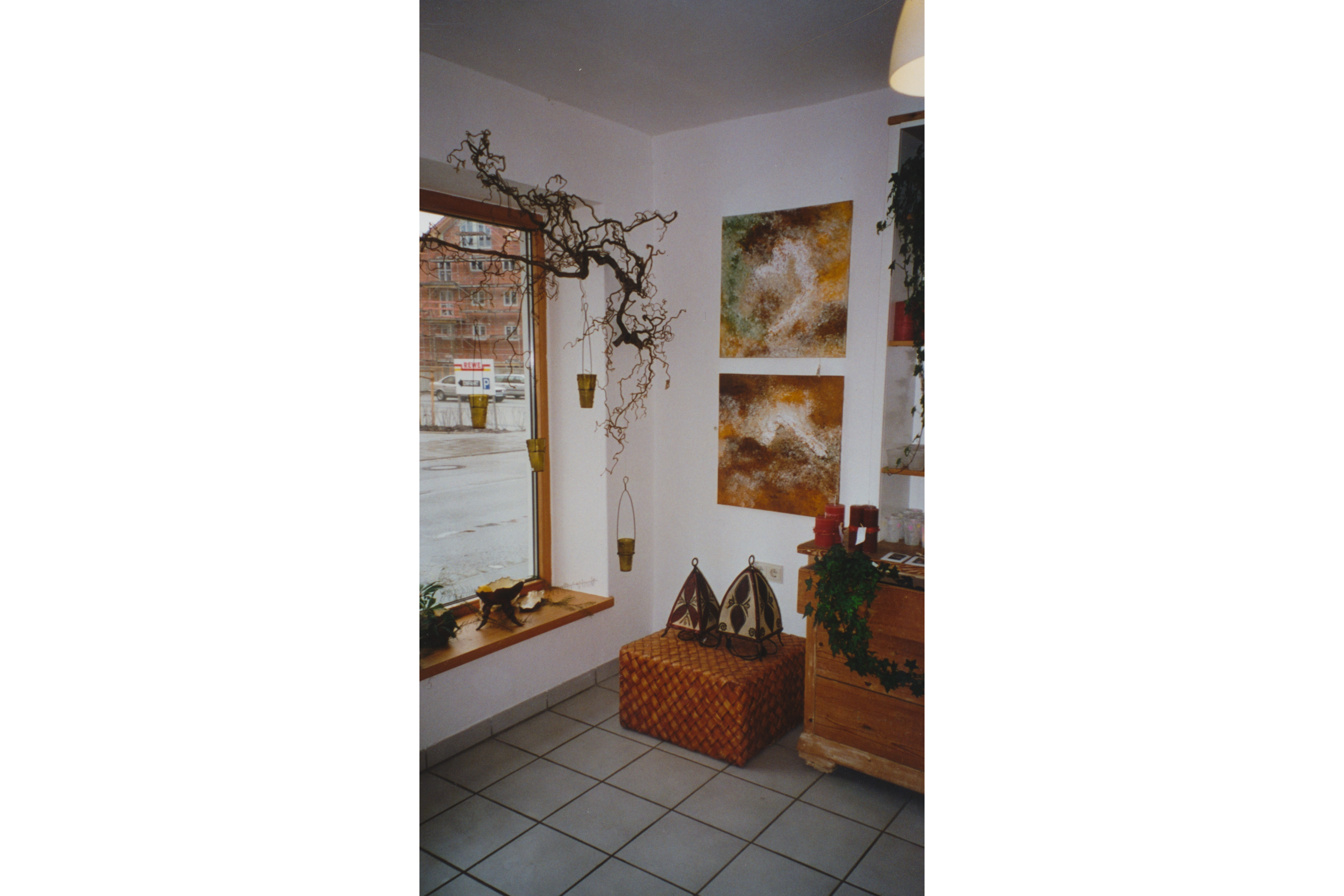 13_Bilder in Relief auf westlicher Ausstellungs Raumseite