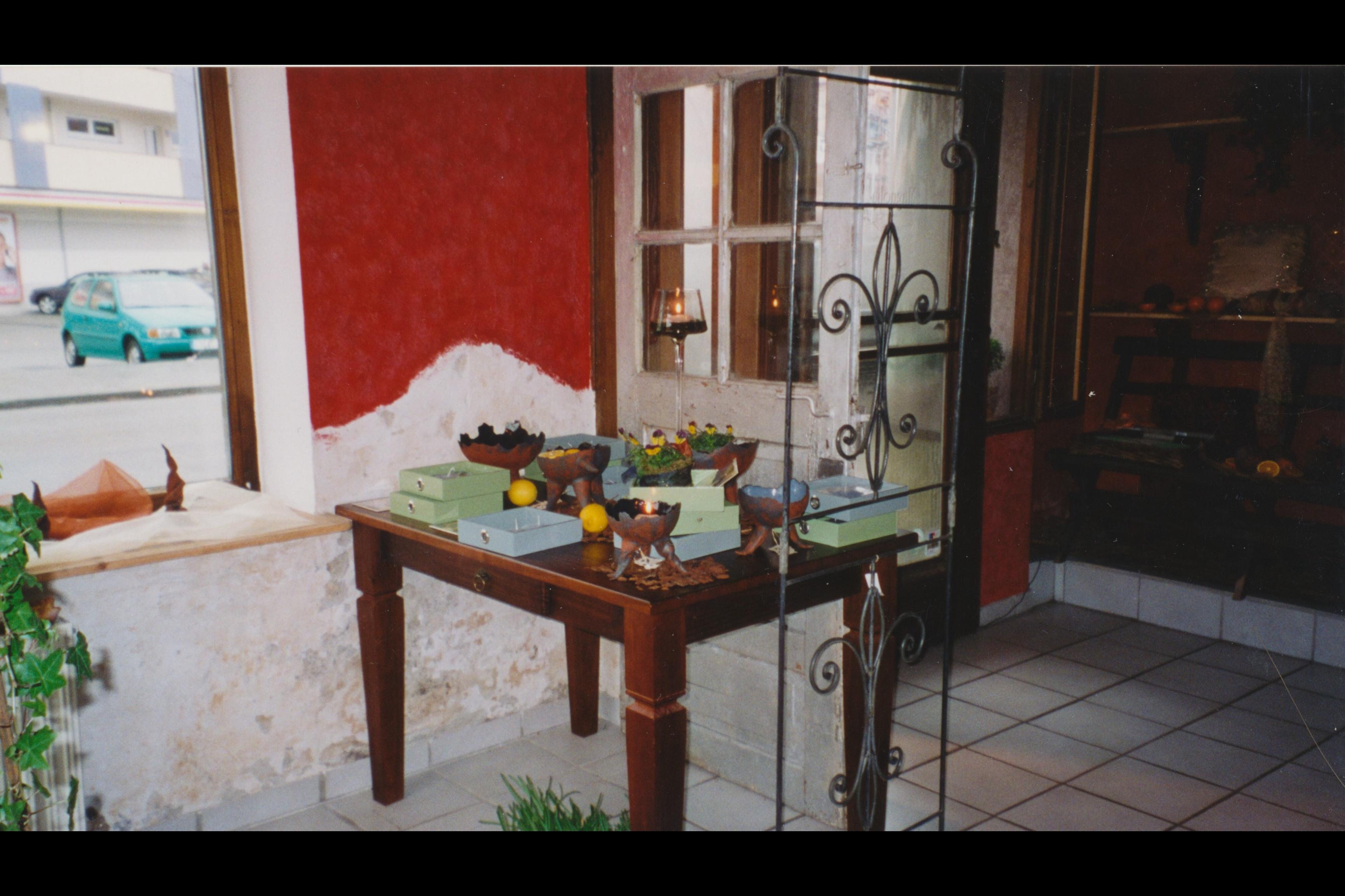 3_ Eingang Ausstellung Schallen in Ton Tisch